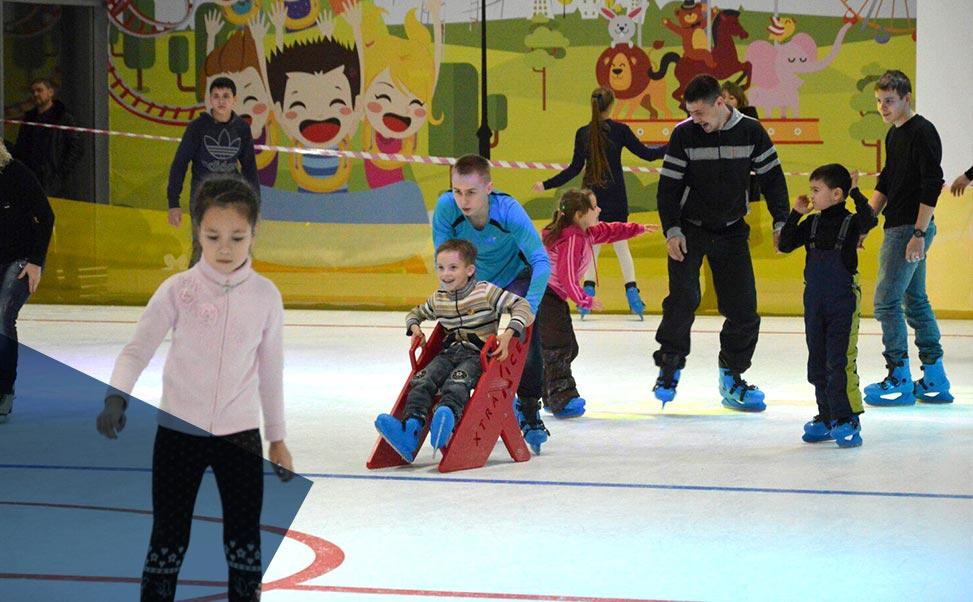 Pista di pattinaggio su ghiaccio in un centro di svago