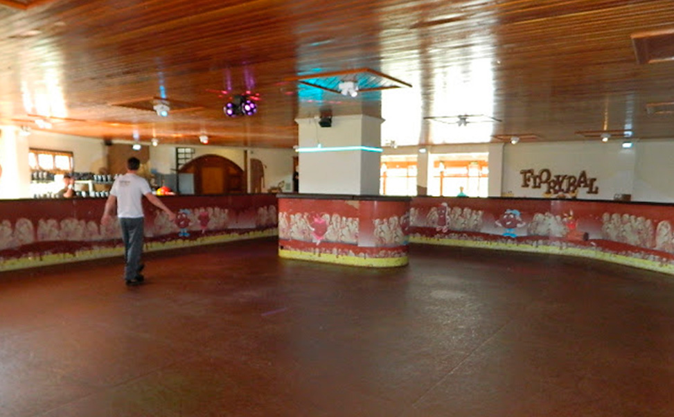 エクストラアイスではお客様のお好きなカラーでスケートリンクを製造します。