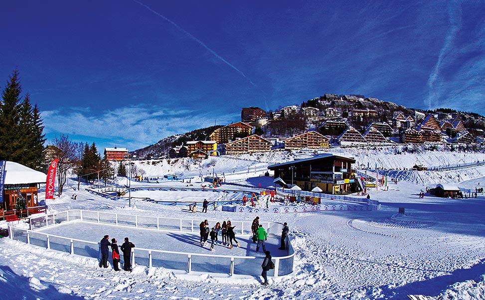 Eislaufbahn an einer Skistation