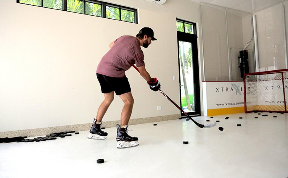 Aaron Ekblad treina sobre gelo sintético Xtraice na sua casa