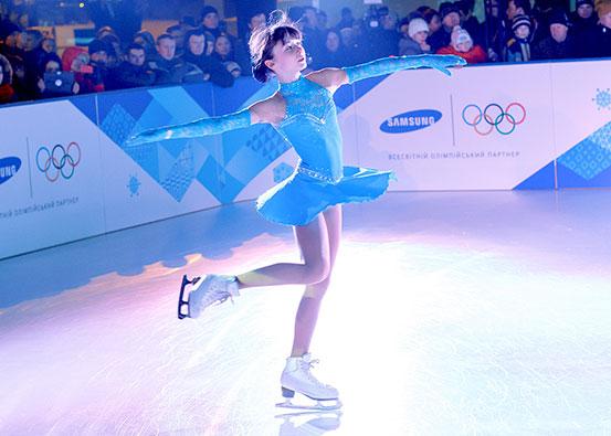 プラスチック製のスケートリンク上でフィギュアスケート