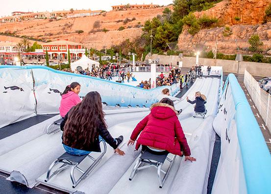 プラスチック製のスケートリンクで滑り台。レーンの数は3レーンと6レーンから選べます。
