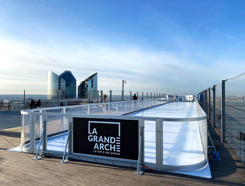 Pista de gelo sintético Xtraice no Arco da Defesa em Paris